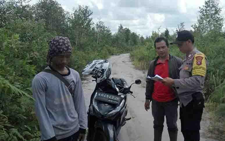 Patroli bersama Bhabinkamtibmas Desa Anjir Pulang Pisau bersama Masyarakat Peduli Api.