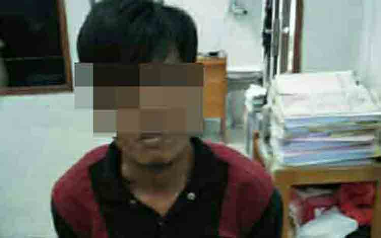 Tersangka sabu dan pencurian motor RH, saat diamankan di Polres Kotim.