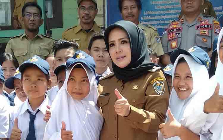 Wakil Bupati Seruyan bersama pelajar di Kabupaten Seruyan.