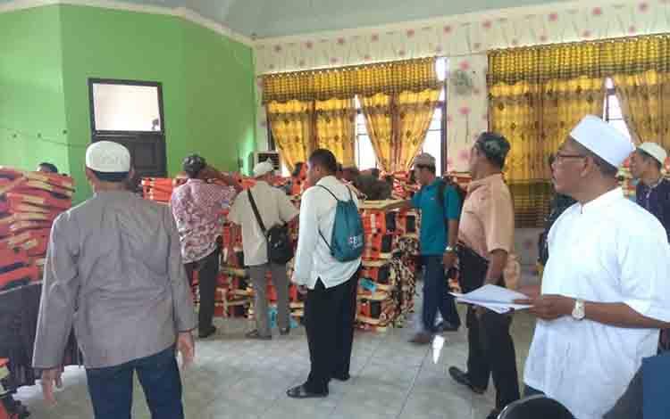 Suasana pengambilan tas jamaah calon haji di Kantor Kementerian Agama, Kabupaten Kapuas.