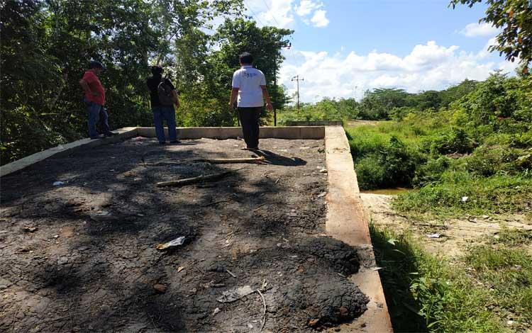 Kepala Desa Sikui, Saperani menunjukkan jembatan penghubung yang belum selesai pembangunannya
