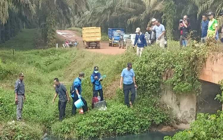 Tim gabungan turun ke lokasi anak Sungai Sampit yang diduga tercemar akibat limbah di areal perkebunan PT Mustika Sembuluh