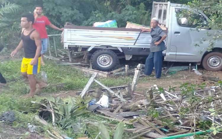Kecelakaan tunggal pikap menabrak sejumlah kuburan di Jalan Tjilik Riwut, Desa Jemaras, Kecamatam Cempaga
