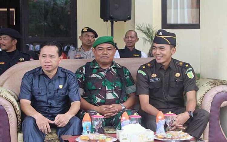 Anggota DPRD Seruyan Bejo Riyanto (kiri)