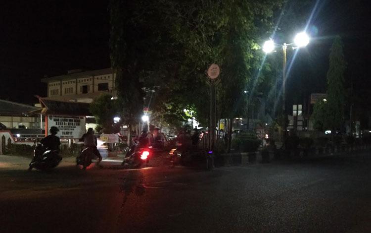 Sejumlah pelaku balap liar saat beraksi di depan RSUD Dr Murjani Sampit, Jalan HM Arsyad,