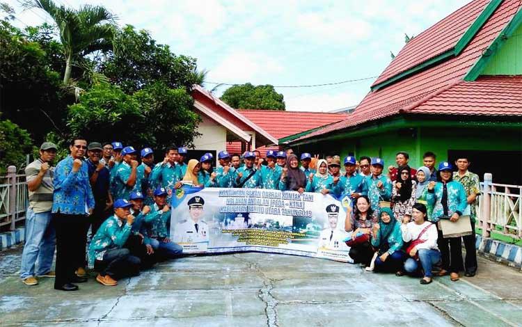 Kontingen PEDA KTNA foto bersama seusai pelepasan di halaman Dinas Pertanian Barito Utara