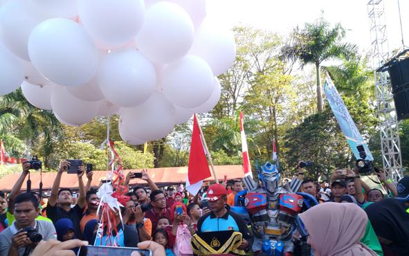 Pelepasan balon dan 73 ekor merpati di lokasi bazar dan olahraga bersama Polda Kalteng, di halaman Korem 102/Panju Panjung, Kota Palangka Raya, Minggu, 7 Juli 2019.