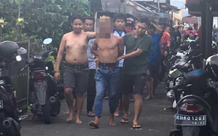 Pelaku pencurian saat ditangkap warga Kelurahan Mendawai