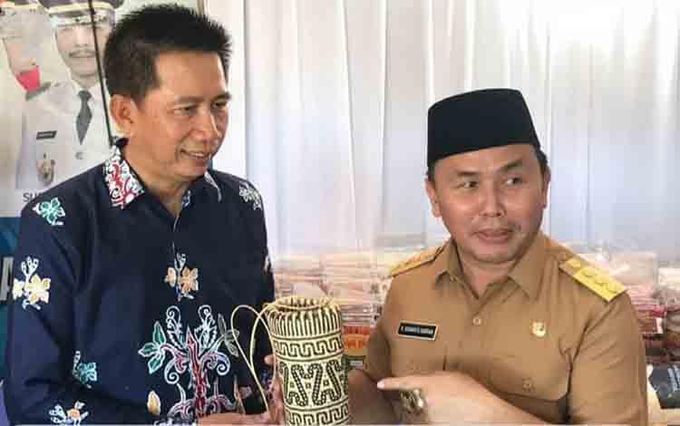 Bupati Barito Utara, Nadalsyah memberikan kerajinan tangan kepada Gubernur Kalimantan Tengah, Sugianto Sabran