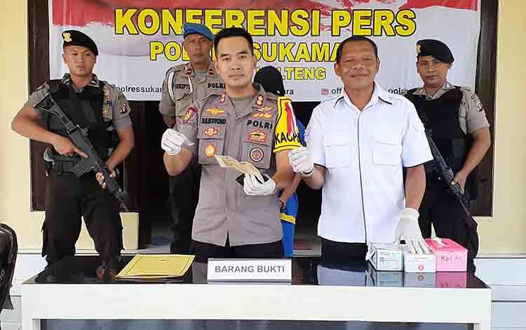 Kapolres Sukamara, AKBP Sulistiyono dan Kasar Reskrim Itpu Agus Purwanto saat menunjukkan barang bukti.