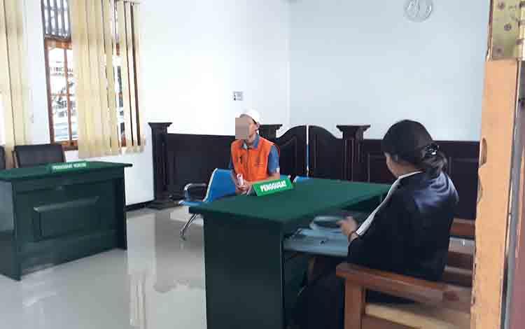 Terdakwa RE jalani persidangan di Pengadilan Negeri Pangkalan Bun, Senin, 8 Juli 2019.
