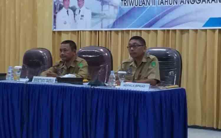Sekda Sukamara, Sutrisno saat mengikuti rapat koordinasi pengendalian pelaksanaan (rakordal) program-program pembangunan.