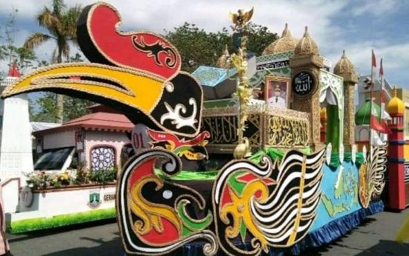 Mobil hias asal Kabupaten Kapuas yang wakili Kalteng, berhasil menjadi juara pertama pada Pawai Taaruf STQ Nasional di Kota Pontianak.