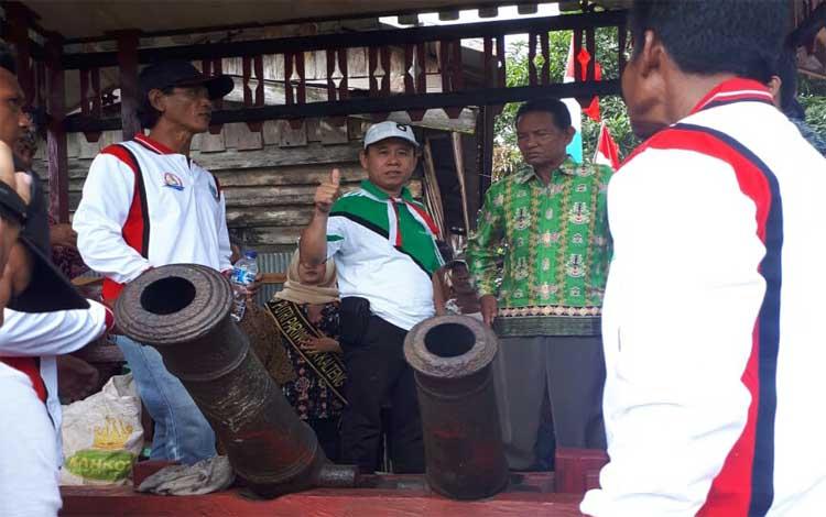 Ketua Fraksi PAN Bejo Riyanto (topi putih) saat melihat kondisi Meriam di Seruyan
