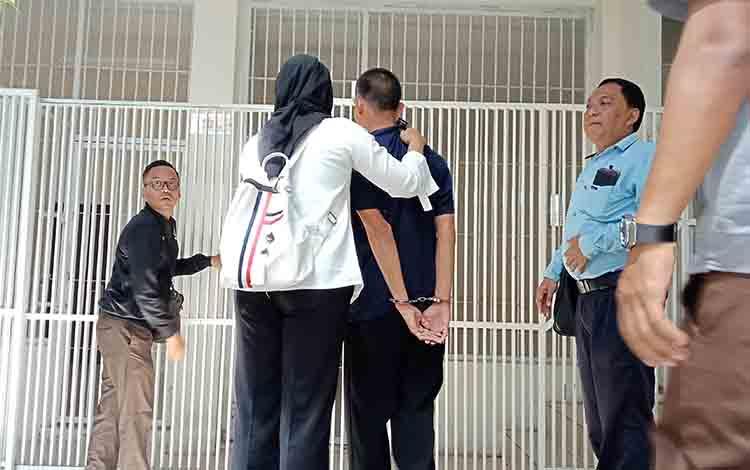 Terdakwa asusila berusia 18 saat dimasukan dalam sel tahanan oleh petugas
