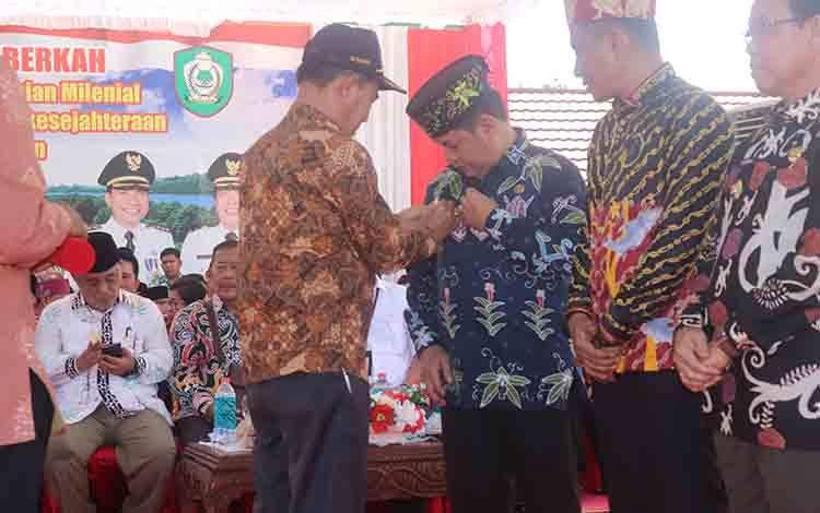 Bupati Barito Timur Ampera AY Mebas menerima penghargaan Satya Lencana Adhi Bhakti Tani Nelayan Pratama pada Pekan Daerah Kontak Tani dan Nelayan Andalan (PEDA KTNA) XII Tingkat Provinsi Kalimantan Tengah, di Kotawaringin Timur, Senin 8 Juli 2019.