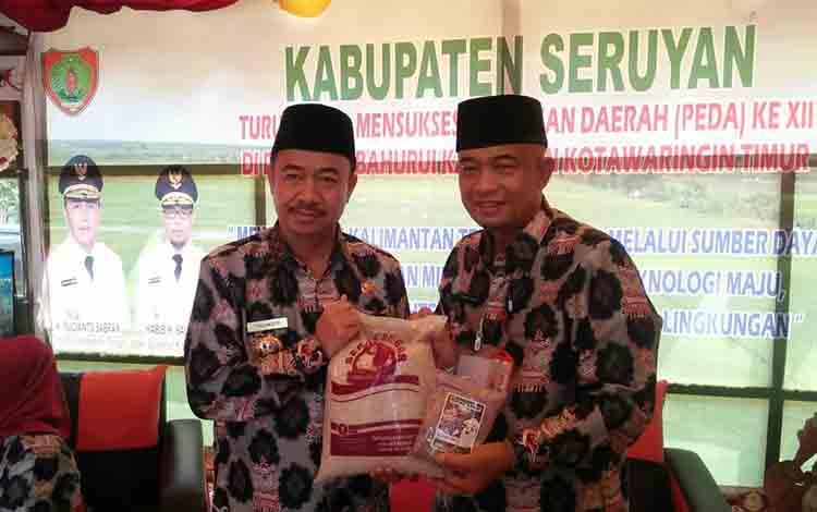 Bupati Seruyan Yulhaidir dan Kepala Dinas Ketahanan Pangan dan Pertanian Sugian Noor, menunjukan beras produksi lokal.