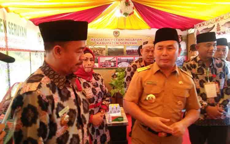 Gubernur Kalteng H Sugianto Sabran bersama Bupati Seruyan Yulhaidir di stand Kabupaten Seruyan pada pembukaan KTNA Provinsi Kalteng, Senin, 8 Juli 2019.