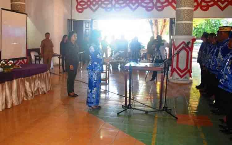 Suasana pengukuhan kepengurusan Dekranasda Kabupaten Kapuas Periode 2018-2023, bertempat di Aula Kantor bupati pada Senin, 8 Juli 2019