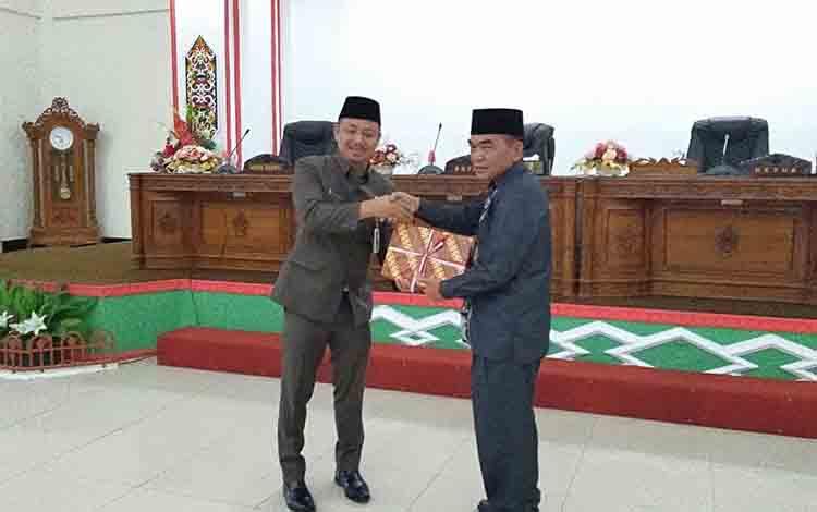 Bupati Barsel, Eddy Raya Samsuri menyerahkan draf Raperda pertanggungjawaban APBD 2018 kepada Ketua DPRD Barsel, Tamarzam
