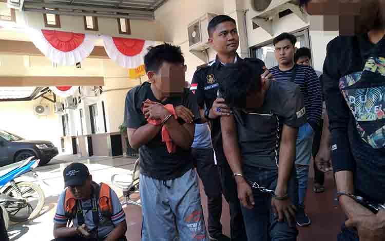 Tiga tersangka pencurian pecah kaca mobil tiba di RS Bhayangkara untuk dirawat setelah ditembak, Senin, 8 Juli 2019.