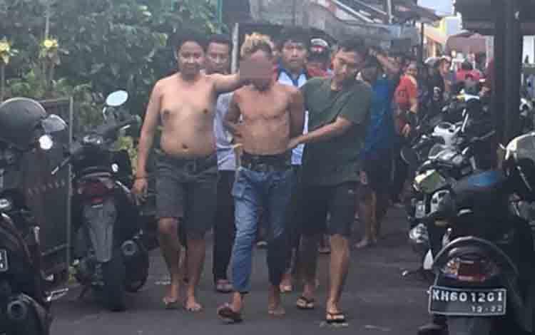 Pencuri berambut mohawk saat ditangkap warga Kelurahan Mendawai Pangkalan Bun, Minggu, 7 Juli 2019.
