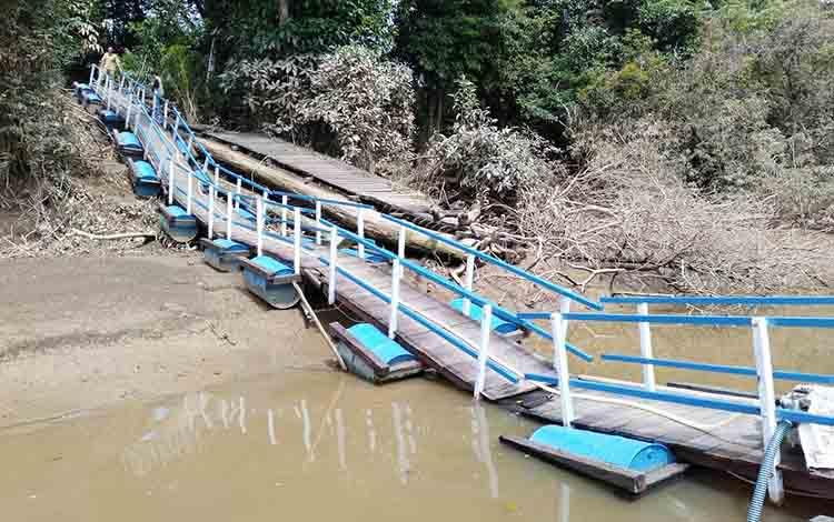 Jembatan darurat yang dibangun pemerintah daerah sebagai akses warga di Desa Nihan Hilir, Kecamatan Lahei Barat