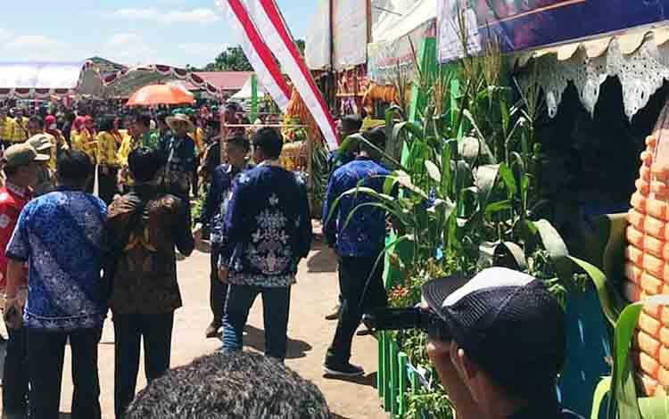 Suasana di depan stan Kabupaten Barito Utara pada PEDA KTNA ke XII di Kabupaten Kotawaringin Timur, Senin 8 Juli 2019