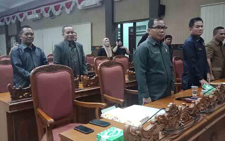 Anggota DPRD Kotim, Sarjono (berkacamata)  saat ikut rapat paripurna.
