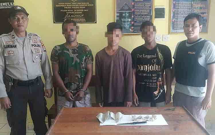 Tiga tersangka pencurian saat diamankan di Polsek Kahayan Kuala.