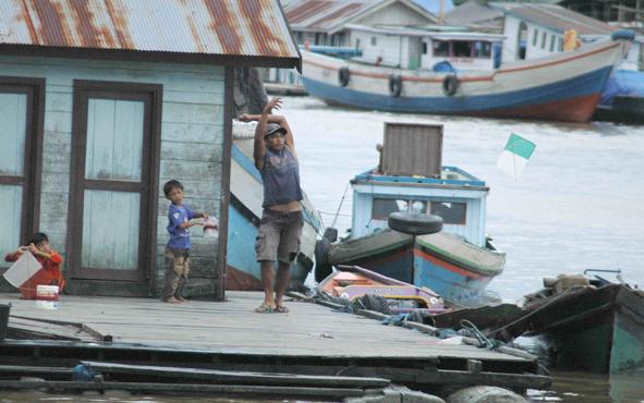 Masyarakat bantaran Sungai Arut bermain layang -layang.