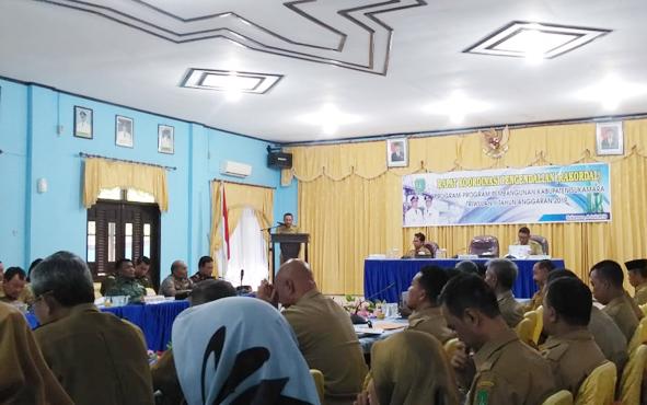 Rapat koordinasi pengendalian pelaksanaan di aula Bappeda Sukamara, Senin, 8 Juli 2018.