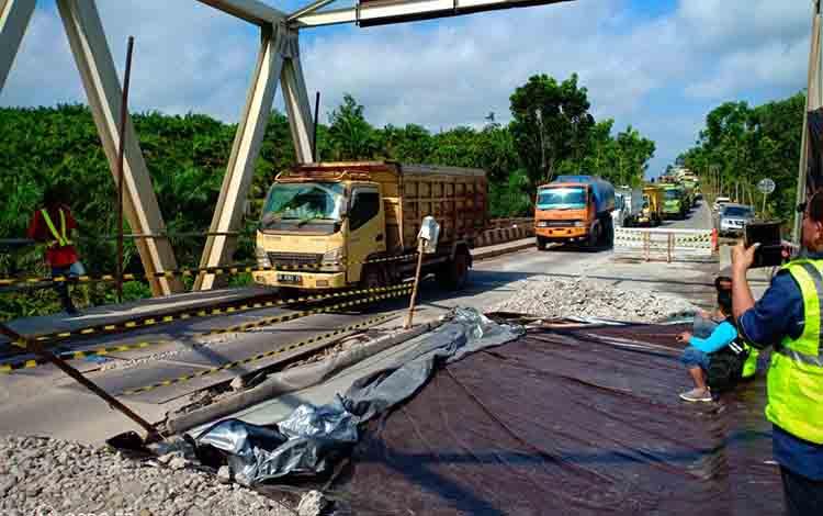 Truk antre untuk melalui satu jalan di Jembatan Sintang penghungung Kobar - Lamandau, Senin, 8 Juli 2019