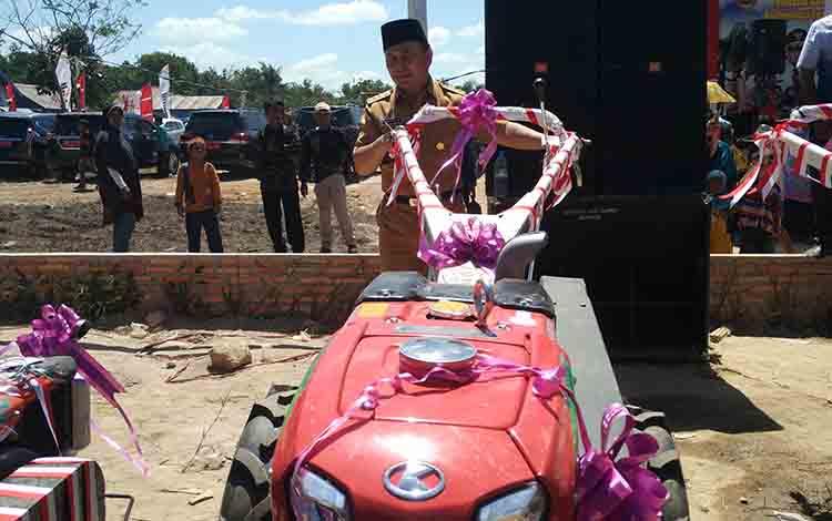 Gubernur Kalimantan Tengah Sugianto Sabran saat mencoba alat pertanian, pada kegiatan Peda KTNA XII Kalteng, Senin, 8 Juli 2019.