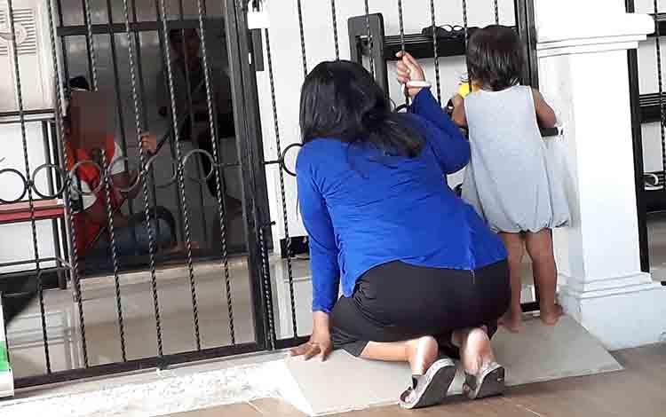 Istri dan anak saat berbincang dengan terdakwa Riyadi di Pengadilan Negeri Pangkalan Bun, Senin, 8 Juli 2019