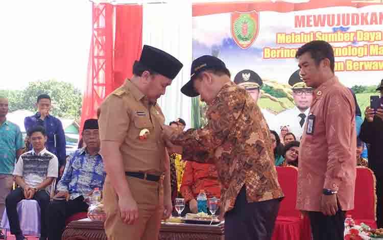 Penganugrahan lencana emas oleh Ketua KTNA Nasional kepada Gubernur Kalteng Sugianto Sabran, Senin, 8 Juli 2019.