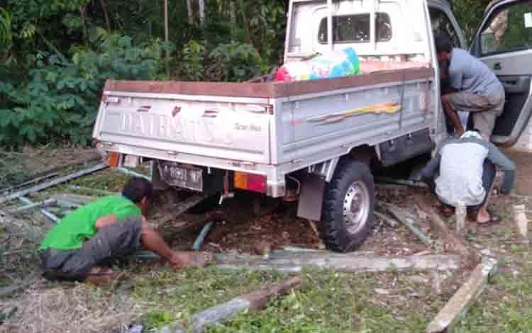 Kecelakaan tunggal pikap menabrak kuburan di Desa Jemaras.