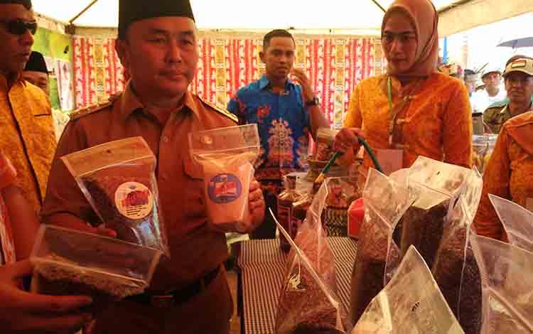 Gubernur Kalimantan Tengah Sugianto Sabran saat menunjukan produk olahan salah satu daerah di Kalteng, Senin, 8 Juli 2019.