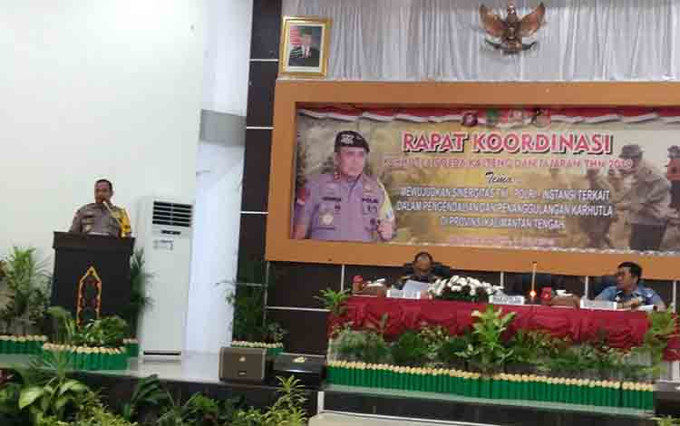 Wakapolda Kalimantan Tengah Brigjen Pol Rikwanto (berdiri) membuka rakor penanganan kebakaran hutan dan lahan, Senin, 8 Juli 2019.