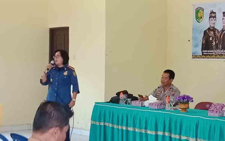 Plt Kepala DPKP Kota Palangka Raya, Gloria Aden, saat sosialisasi pencegahan kebakaran hutan dan lahan di Kelurahan Langkai, Senin, 8 Juli 2019