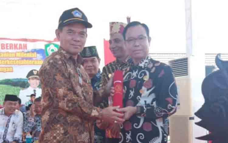 Bupati Katingan Sakariyas menerima penghargaan dari Ketua KTNA pusat, Winarno.