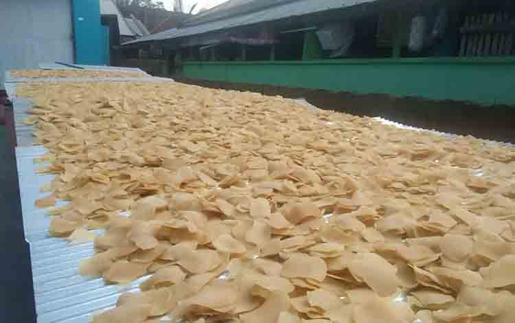 Kerupuk ikan pipih di Kuala Pembuang ketika dikeringkan.