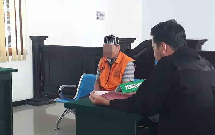 Terdakwa Mad saat menjalani persidangan di Pengadilan Negeri Pangkalan Bun, Selasa, 9 Juli 2019.