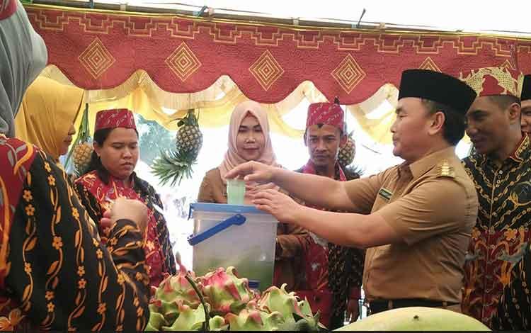 Gubernur Kalimantan Tengah Sugianto Sabran saat sedang menuangkan air ke dalam gelas