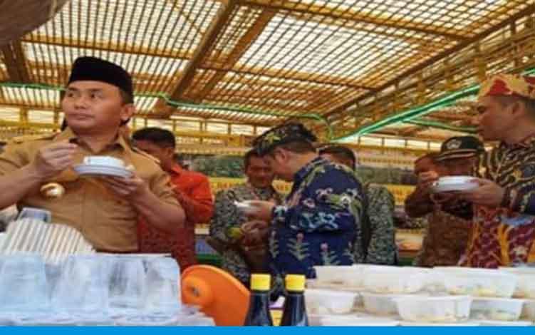 Gubernur Kalteng Sugianto Sabran saat menikmati Coto Manggala di stan Kabupaten Kobar.