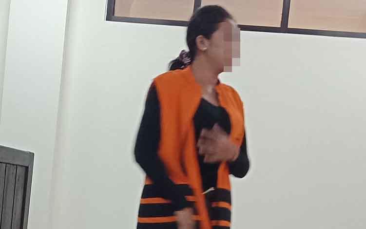 Nor Hasanah alias Nur terdakwa kasus sabu usai jalani sidang di Pengadilan Negeri Sampit.