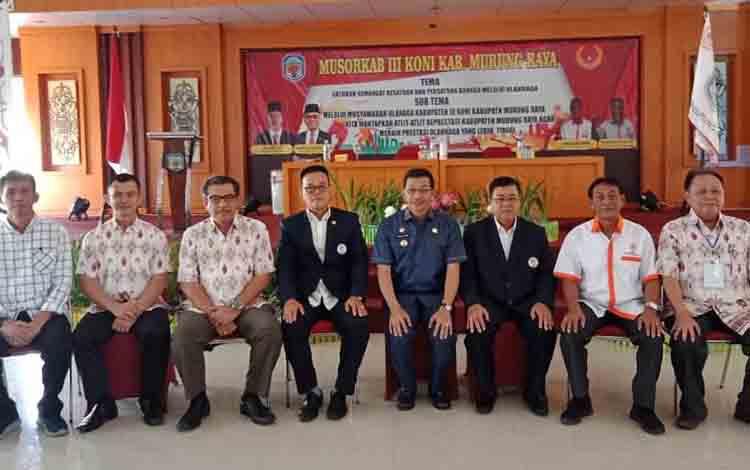 Bupati Murung Raya, Perdie M. Yoseph foto bersama dengan pengurus KONI