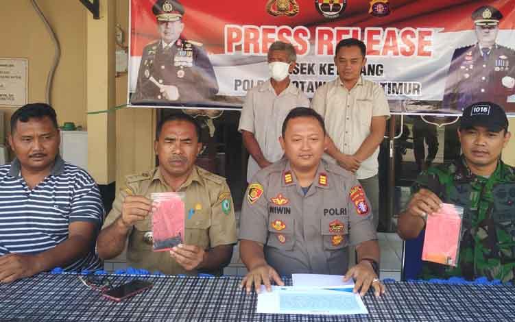 Kapolsek Ketapang AKP Wiwin Junianto Supriyadi bersama Camat Mentawa Baru Ketapang Sutimin ekspos kasus pembakar lahan, Selasa, 9 Juli 2019