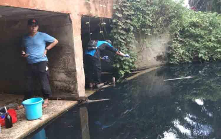 Tim gabungan saat turun ke lokasi anak Sungai Sampit yang tercemar.