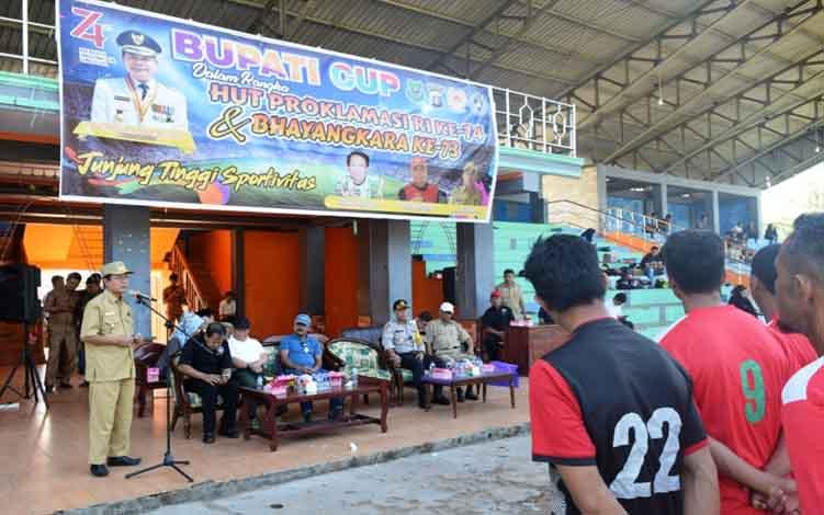 Wakil Bupati Kapuas, Nafiah Ibnor membuka turnamen sepak bola di Stadion Panunjung Tarung